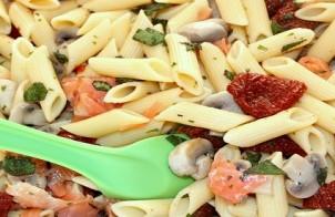 insalata di pasta con salmone e pomodori secchi