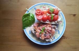 crostoni salmone marinato e ciliegini