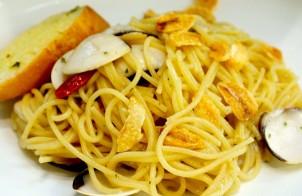spaghetti con vongole e cavolfiore croccante